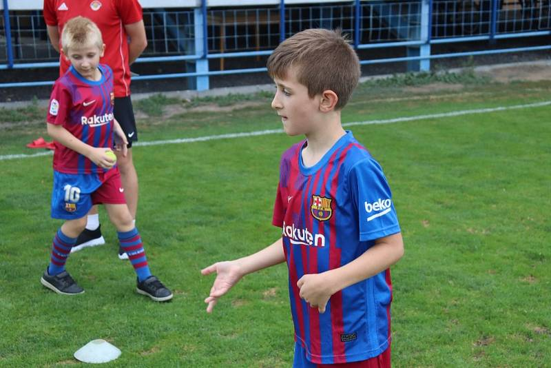 Náborová akce v Klatovech: děti si pod dohledem Davida Limberského užily zábavné fotbalové odpoledne.
