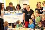 Předání šeku od společnosti Lidl v mateřské škole v Klatovech.