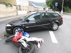 Střet motorkáře s osobním vozem v Sušici.