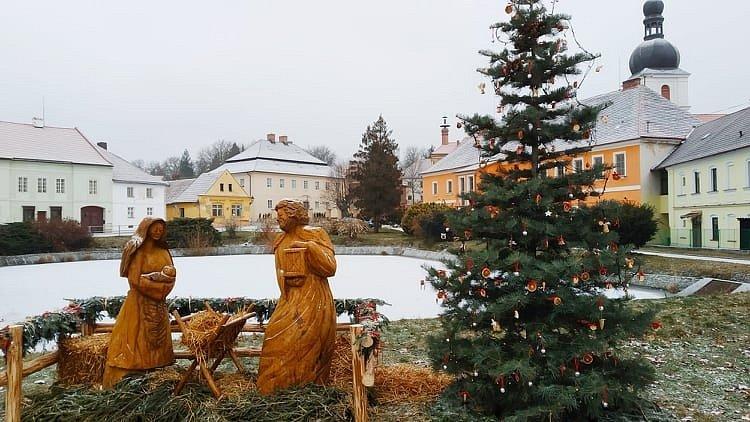 Vánoční strom a betlém zdobí Chudenice.