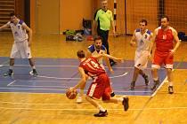 Basketbalisté klatovské rezervy (na archivním snímku hráči v červených dresech) poprvé v sezoně ochutnali sladkou chuť vítězství. V zápase šestého kola západočeské ligy porazili ve vyrovnané bitvě domácí Slavoj Plzeň o tři body poměrem 78:75.