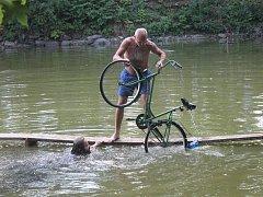 Na vítěze čekalo jízdní kolo a pro vítěze v kategorii v jízdě na trakaři bylo připraveno stavební kolečko.