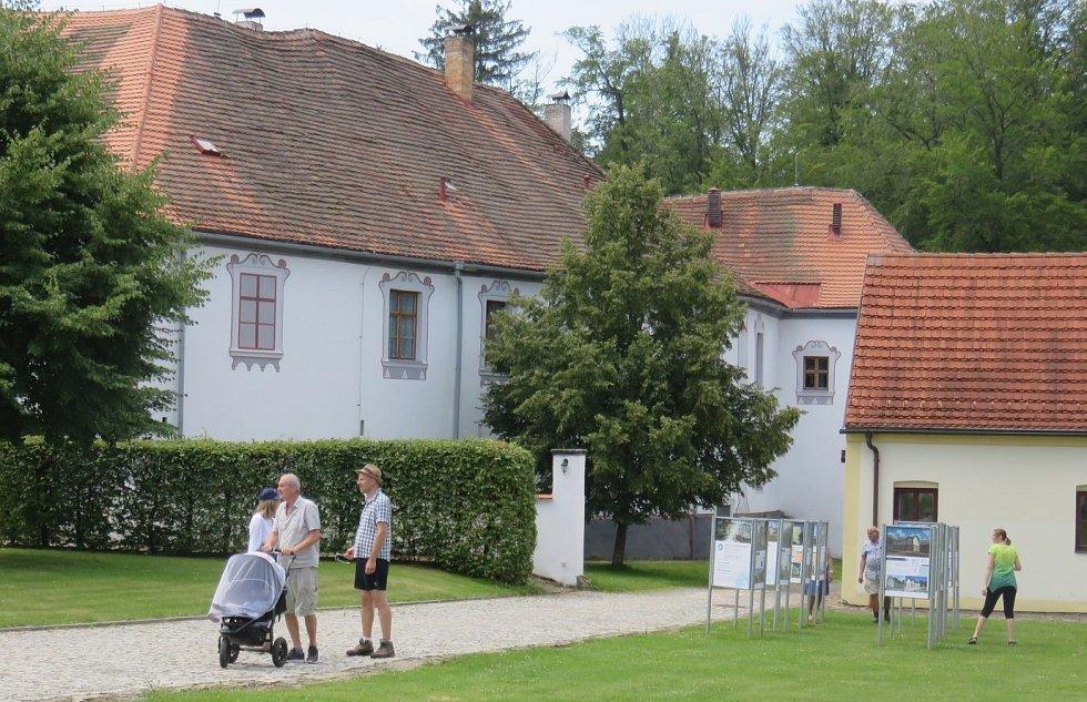 Návštěvníci v zámeckém areálu.