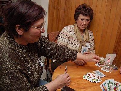 Jubilejní ročník  myslívského dámského přeboru České republiky v prší si  nenechaly ujít ani Olga Benetková z Chvalenic (vlevo) a Jitka Kubalová z Nehodiva.