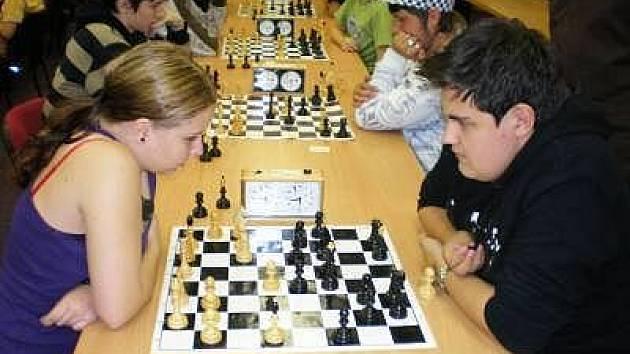 Na snímku je vzájemný zápas na první šachovnici mezi klatovskými hráči Lukášem Vlasákem a Kateřinou Špererovou.