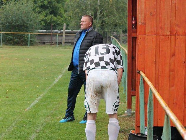 Trenér Miroslav Rambousek na lavičce Svéradic při utkání krajského přeboru 2016/2017 proti Nýrsku