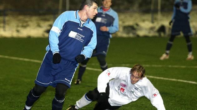 Nerozhodně 3:3 skončilo utkání zimního fotbalového turnaje  na umělé trávě v Plzni Doubravce mezi divizní TJ Klatovy (modré dresy) a účastníkem přeboru Plzeňského kraje, Chrástem.