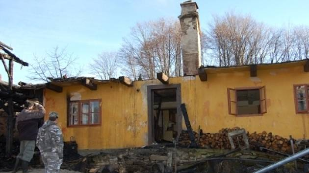 Jeden z velkých požárů likvidovali hasiči hned počátkem roku 2008 v Divišovicích. Starší žena sice před plameny utekla, ale z domu mnoho nezbylo.
