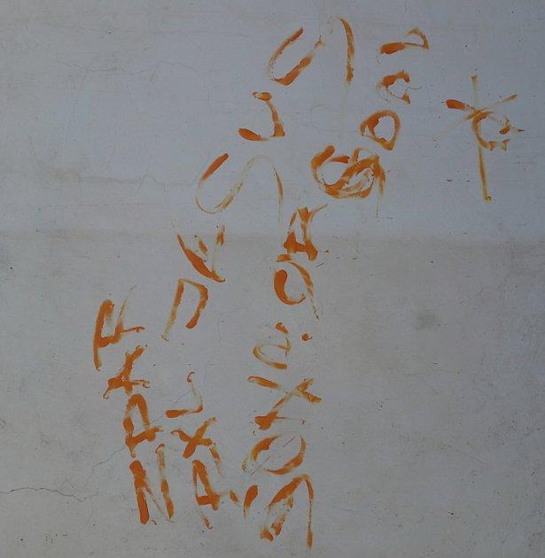 Vandal popsal zeď kostela v Sušici.