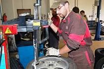 Plno práce mají i v pneuservisu EMKA v Klatovech. Své o tom ví i zaměstnanec Michal Matas, kterému rukama projdou desítky kol denně.
