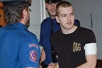 Ondřeje Matějovice přivezla ke klatovskému soudu vězeňská eskorta. Zpoza mříží se bude dívat i nadále, neboť za další ze svých loupeží dostal nepodmíněný trest