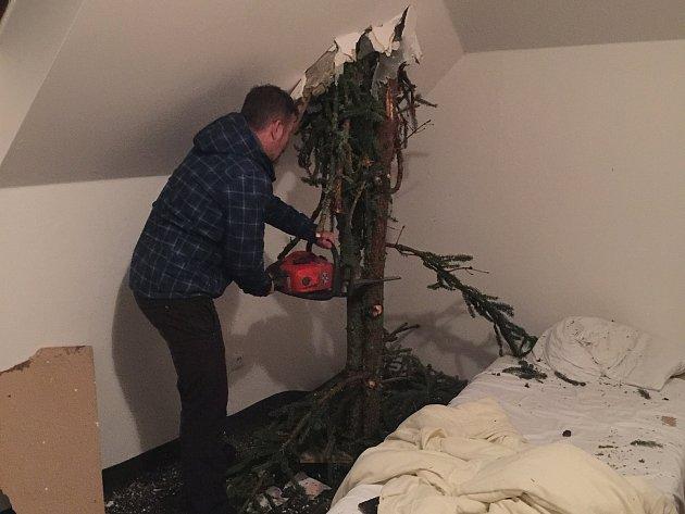 Na Šumavě prolétl strom hotelem Modrava.
