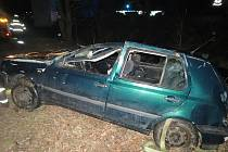 Nehoda u Kokšína, při níž řidič skončil  na střeše a poté v potoce.