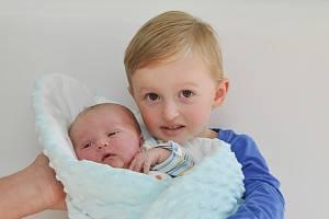 ANTONÍN BLÁHOVEC z Horažďovic (3520 g) se narodil ve strakonické porodnici 6. října v 8.23 hodin. Na brášku se těší František (3). Foto: Ivana Řandová