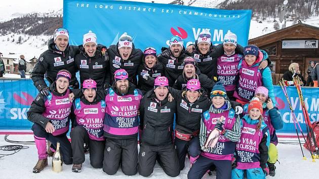 Společná fotografie lyžařského týmu eD system Bauer team z úvodního setkání dálkových běžců v prologu SkiClassics v italském Livignu.