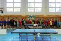 Účastníci bodovacího turnaje žactva ve stolním tenise.