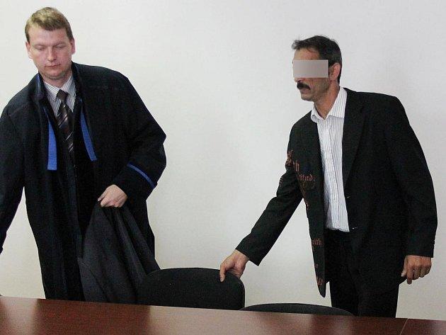 Jaroslav Č. se svým advokátem u klatovského soudu