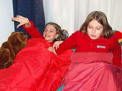 Sestry Jana a Tereza Petrovy, které strávily páteční noc v klatovské knihovně, si s sebou vzaly i medvěda.