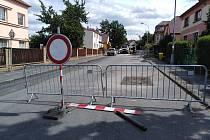Část Podhůrecké ulice v Klatovech už je z části uzavřená.