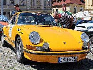 Účastníci Rallye Wiesbaden na klatovském náměstí.