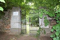 Starý židovský hřbitov v Janovicích nad Úhlavou byl zřejmě založen, stejně jako janovická synagoga, v roce 1723.