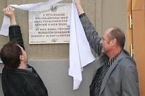 Odhalení pamětní desky v Klatovech na budově soudu