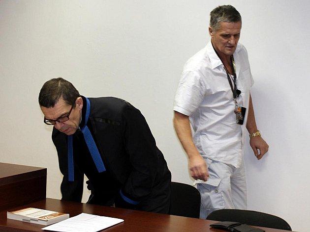 Pokutou potrestal klatovský soud praktického lékaře Aleše Velkoborského ze Sušice, který opakovaně jezdí se svým BMW, ačkoli nemá řidičský průkaz.