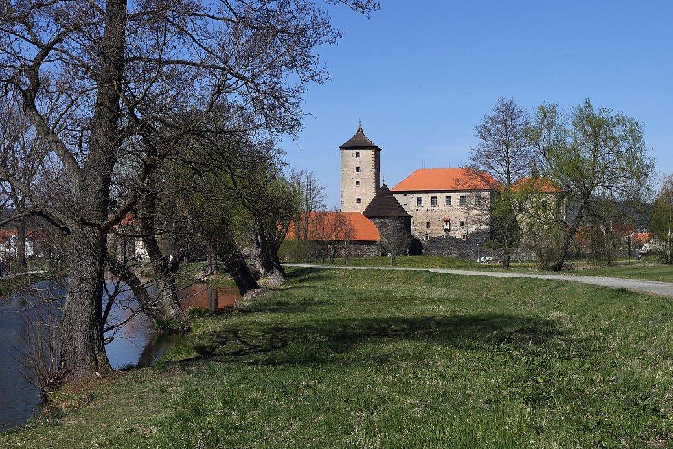 Hrad nechal vybudovat Půta Švihovský z Rýzmberka .Stavba je tvořena dvěma paláci, pětipatrovou věží a hradní kaplí. Hrad byl postaven jako umělý ostrov. Chráněn byl pásem vnitřních hradeb, čtyřmi nárožními baštami a vodním příkopem.