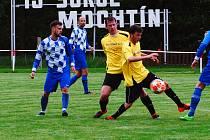 Fotbalisté Mochtína (na archivním snímku hráči ve žlutých dresech) čeká premiéra v nové sezoně.