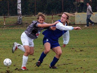 Mladí fotbalisté lubského Startu (modré dresy) doma v utkání krajské soutěže dorostu porazili své vrstevníky z Blovic přesvědčivě 6:2.