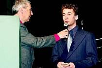 Milan Knebl se stal vítězem ankety Nohejbalista roku 2009 v žákovské kategorii. Svoji cenu převzal minulou sobotu na slavnostním vyhlašovacím galavečeru, Na snímku při rozhovoru s moderátorem, sportovním komentátorem ČT Radkem Bauerem (vlevo).