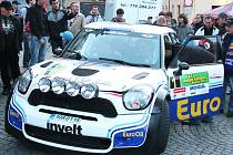 Posádka Václav Pech a Petr Uhel před startem loňského ročníku rallye