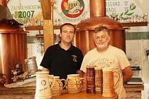 Jednu cenu za druhou získávají na soutěžích piva uvařená Františkem Strnadem ml. (vlevo) a Vladimírem Žižkou z železnorudského pivovaru Belvedér.