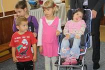 Elišce Vachtlové pomáhá speciální židlička