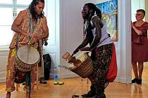 Vernisáž doplnilo vystoupení hudebníka Papise Nyasse z Gambie a jeho hudební skupiny Njachas.