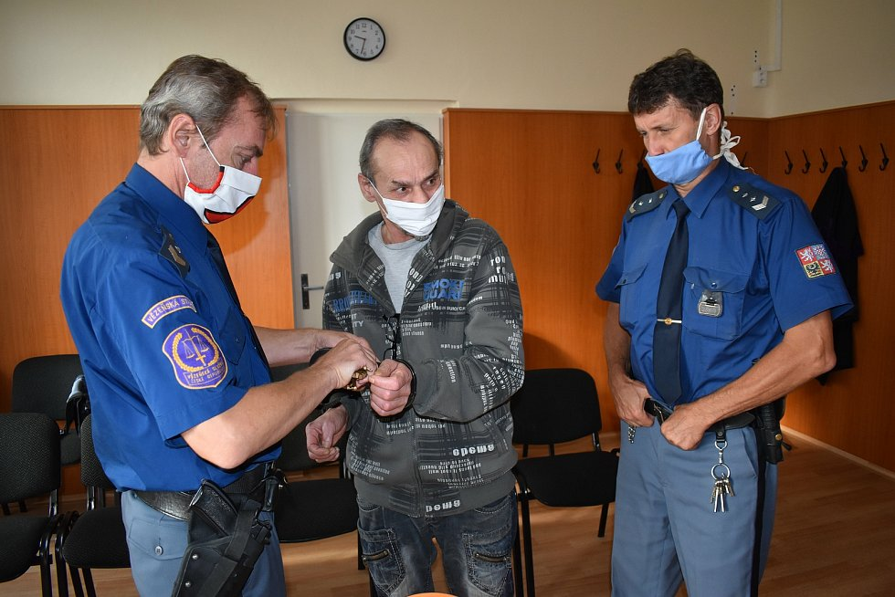 Peter V. (54) před klatovským soudem.