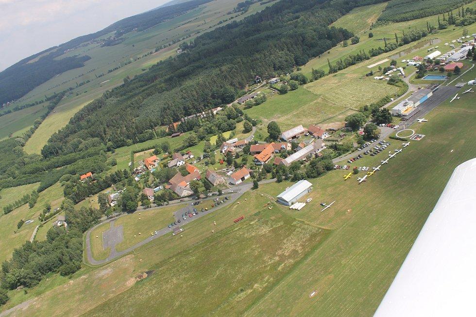 Snímky z vyhlídkového letu. Pohled na areál letiště a město Klatovy.