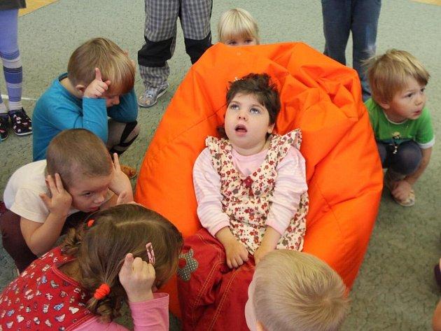 Handicapovaná Eliška Vachtlová v mateřské škole v Klatovech