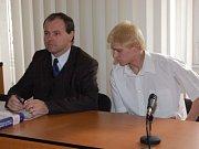 Miloslav Javůrek (uprostřed) se radí se svým advokátem (nalevo)