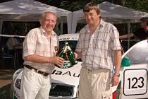 Pavel Štípek (vpravo) z Automotoklubu Pačejov v AČR, který letos pořádá třicátý ročník Rallye Agropa, s dlouholetým fotografem této automobilové soutěže Josefem Böhmem si připíjí na jedné z tradičních erzet rallyesprintu na povedené dílo.