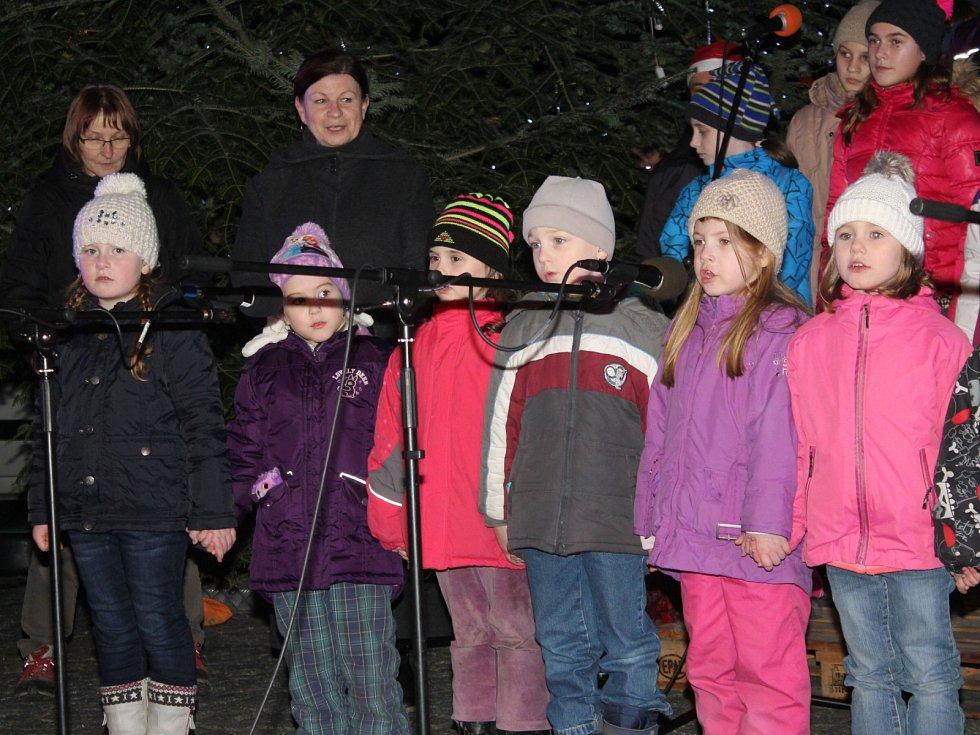 Zpívání u vánočního stromu ve Strážově