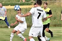 Ze zápasu Osek vs. Žichovice (v bílých dresech).
