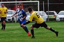 Fotbalisté Mochtína (na archivním snímku hráči ve žlutých dresech) přivezli z horké půdy FK Žákava cennou remízu. Na penalty vyhráli domácí borci.