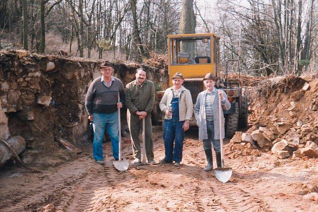 Emil Baierl (vpravo) po roce 1989 - vykopávky kostelních zdí.