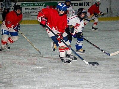 Mladší hokejoví žáci z Klatov (červené dresy) porazili soupeře z Rokycan 10:5.