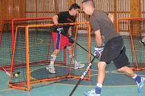 Hokejisté HC Klatovy na tréninku v tělocvičně Masarykovy ZŠ Klatovy.