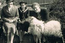 Rosa Wohlfeld s nevlastní matkou (v klobouku). Rok 1935 nebo 1936.