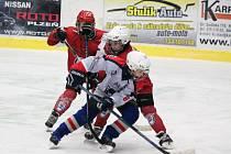 Čtvrťáci HC Klatovy (červené dresy) v sezoně 2016/2017 ve svém prvním zápase na velkém kluzišti podlehli HC Pilsen Wolves 3:5