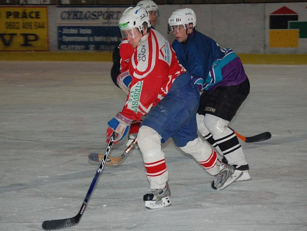 Hokejisté lubského Startu podlehli na klatovském ledě v utkání okresního přeboru mužů Bohemia Lion Cup Malé Vísce 1:2.  O vítězství Malé Vísky rozhodl  doslova v hodině dvanácté, necelou minutu před koncem zápasu,  útočník Jan Fišar (v červeném dresu)