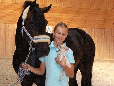 Antonia Sabathilová  z Dubové Lhoty se svými  zlatíčky, hřebečkem ponyho  Night – Shadowem a čivavou  Betynkou